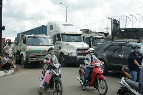 Xe tải vượt đèn đỏ, kéo lê 2 cha con - 3