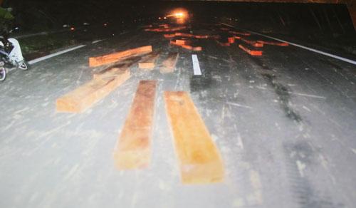 Bị CA đuổi, lâm tặc ném 60 súc gỗ cản đường - 1