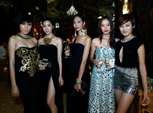 """""""Bỏng mắt"""" với váy hở của sao Việt - 20"""