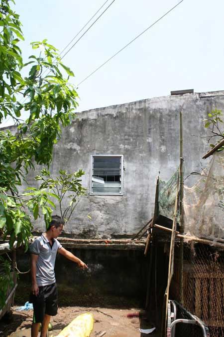 Sửa mái nhà bị điện cao thế giật tử vong - 1