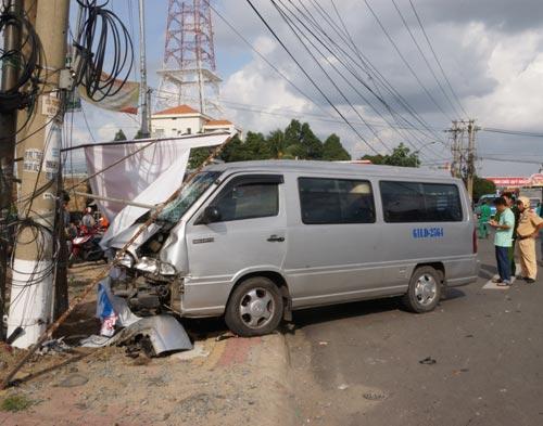 Xe tông gãy trụ điện gây mất điện diện rộng - 1