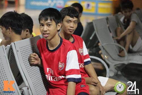 Fan VN trắng đêm đợi Arsenal ở Nội Bài - 7