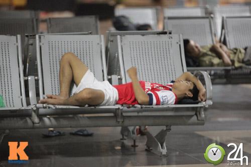 Fan VN trắng đêm đợi Arsenal ở Nội Bài - 3