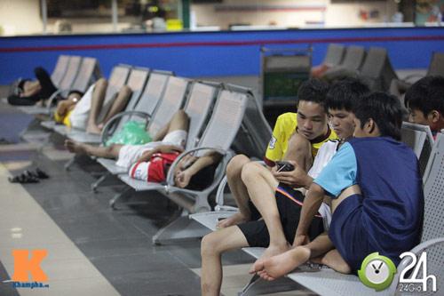 Fan VN trắng đêm đợi Arsenal ở Nội Bài - 2