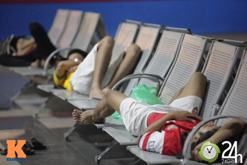 Fan VN trắng đêm đợi Arsenal ở Nội Bài - 4