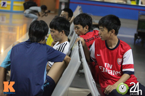 Fan VN trắng đêm đợi Arsenal ở Nội Bài - 5