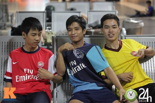 Fan VN trắng đêm đợi Arsenal ở Nội Bài - 9