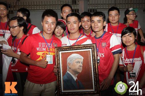 Fan VN trắng đêm đợi Arsenal ở Nội Bài - 12