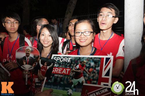 Fan VN trắng đêm đợi Arsenal ở Nội Bài - 10