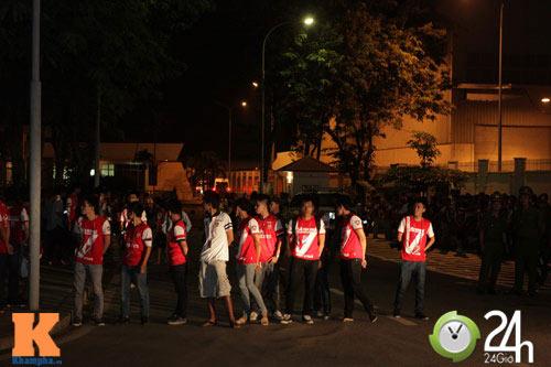 Fan VN trắng đêm đợi Arsenal ở Nội Bài - 13
