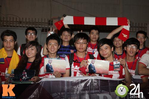 Fan VN trắng đêm đợi Arsenal ở Nội Bài - 14