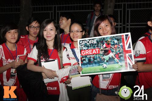 Fan VN trắng đêm đợi Arsenal ở Nội Bài - 11