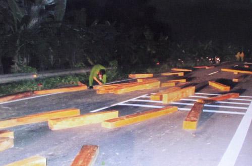 Khởi tố vụ vận chuyển gỗ lậu, chống trả CA - 1