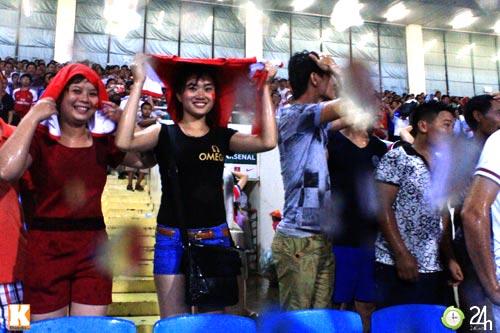 Fan Việt đội mưa xem Arsenal - 2