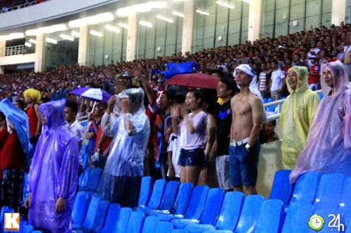 Fan Việt đội mưa xem Arsenal - 1