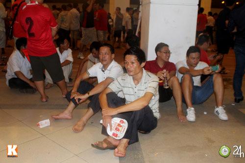 Fan Việt đội mưa xem Arsenal - 8