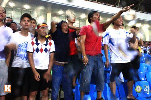 Fan Việt đội mưa xem Arsenal - 4