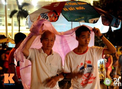 Fan Việt đội mưa xem Arsenal - 12