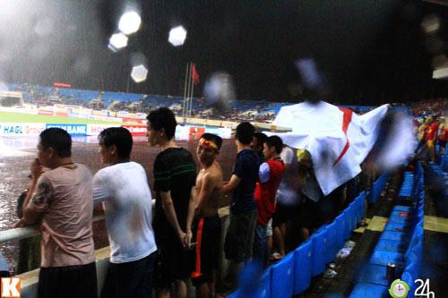 Fan Việt đội mưa xem Arsenal - 5
