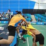 Thể thao - 2 tay vợt cầu lông đánh nhau trên sân