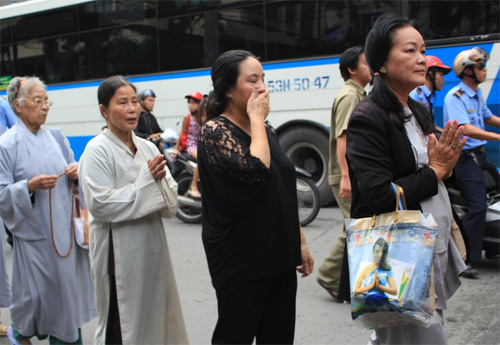Mẹ Wanbi Tuấn Anh khóc ngất tiễn con - 9