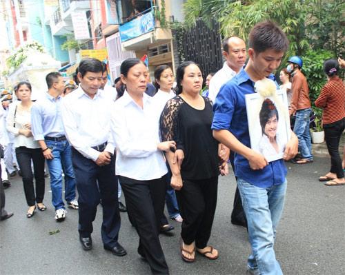 Mẹ Wanbi Tuấn Anh khóc ngất tiễn con - 13