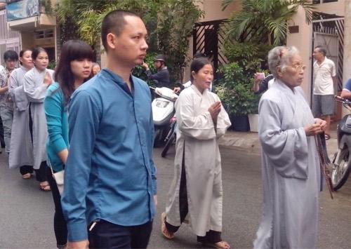 Mẹ Wanbi Tuấn Anh khóc ngất tiễn con - 17