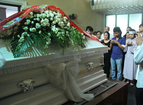 Mẹ Wanbi Tuấn Anh khóc ngất tiễn con - 1