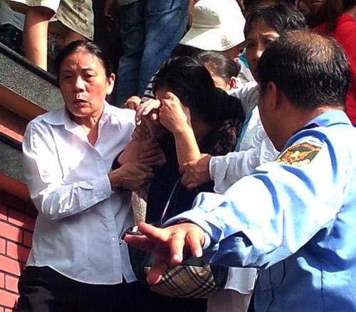 Mẹ Wanbi Tuấn Anh khóc ngất tiễn con - 2