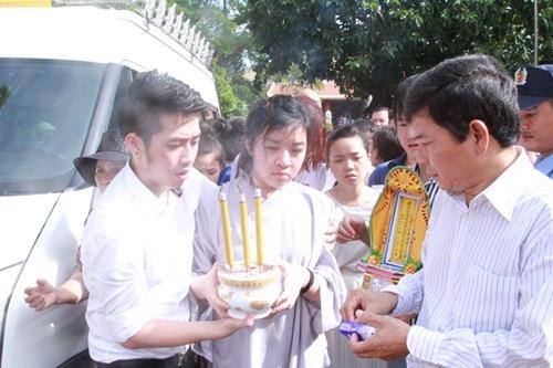 Mẹ Wanbi Tuấn Anh khóc ngất tiễn con - 5