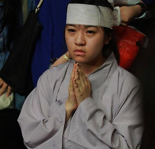 Mẹ Wanbi Tuấn Anh khóc ngất tiễn con - 4
