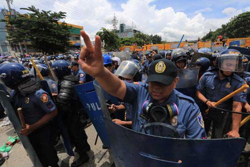 Philippines: Cảnh sát khóc khi ngăn biểu tình - 2