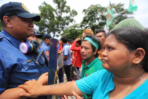 Philippines: Cảnh sát khóc khi ngăn biểu tình - 3