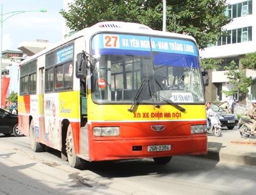 HN: Nấp sau cây xà cừ lao đầu vào xe buýt - 1