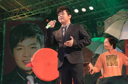 Quang Lê hôn fan nữ trên sân khấu - 1