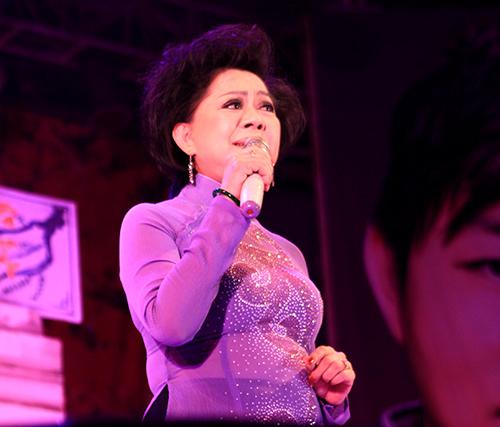 Quang Lê hôn fan nữ trên sân khấu - 13