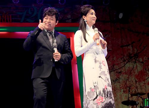 Quang Lê hôn fan nữ trên sân khấu - 10