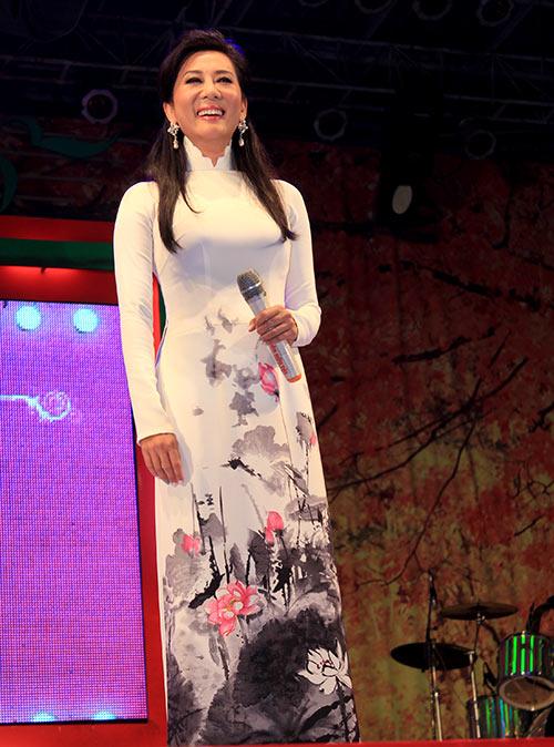 Quang Lê hôn fan nữ trên sân khấu - 12