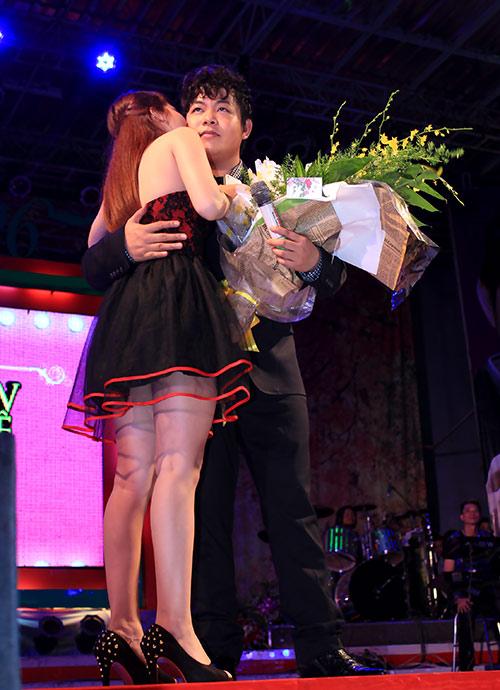 Quang Lê hôn fan nữ trên sân khấu - 2