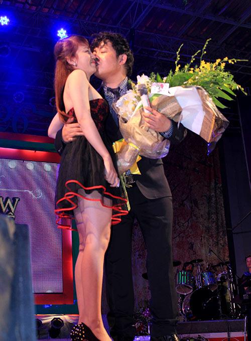Quang Lê hôn fan nữ trên sân khấu - 3