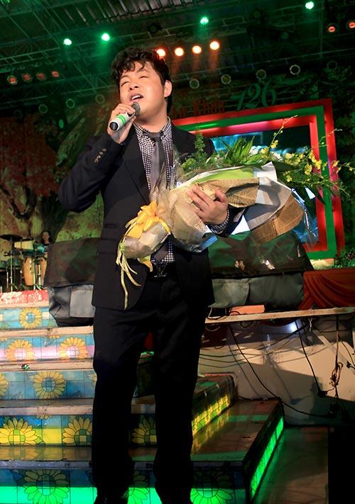 Quang Lê hôn fan nữ trên sân khấu - 6