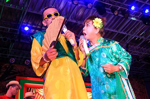 Quang Lê hôn fan nữ trên sân khấu - 17