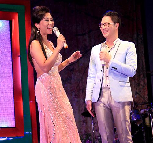 Quang Lê hôn fan nữ trên sân khấu - 11