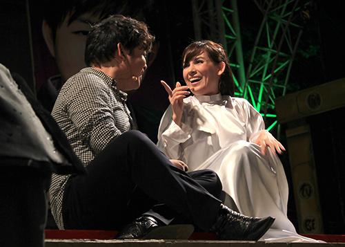 Quang Lê hôn fan nữ trên sân khấu - 9