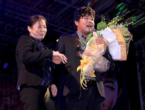 Quang Lê hôn fan nữ trên sân khấu - 4
