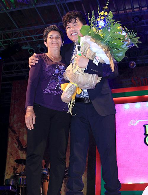 Quang Lê hôn fan nữ trên sân khấu - 5