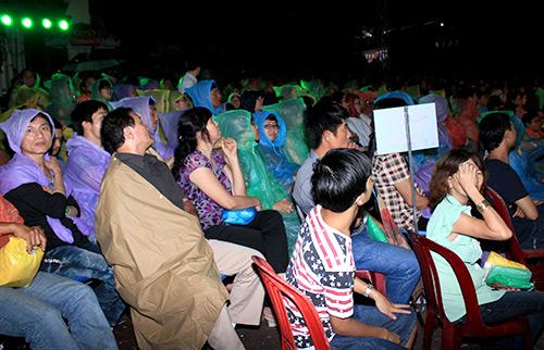 Quang Lê hôn fan nữ trên sân khấu - 19