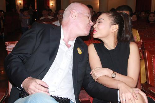 Thu Minh hạnh phúc hôn chồng - 2