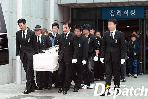 """Kim Hee Sun phờ phạc trong tang lễ """"ông trùm"""" - 5"""