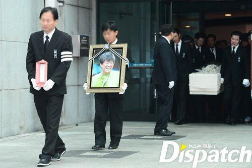 """Kim Hee Sun phờ phạc trong tang lễ """"ông trùm"""" - 4"""